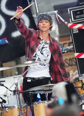 File:Five-seconds-of-summer-perform-live-on-the-today-show-08.jpg