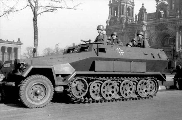 File:Bundesarchiv Bild 101I-801-0664-37, Berlin, Unter den Linden, Schützenpanzer.jpg
