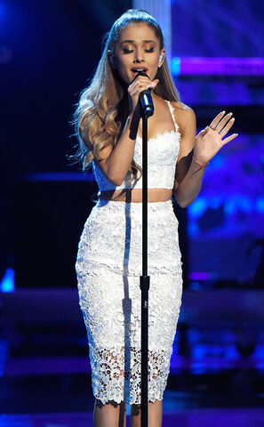File:Ariana at Stand Up 2 Cancer.jpg