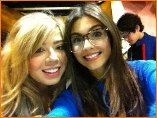 File:Jennette and Victoria.jpg