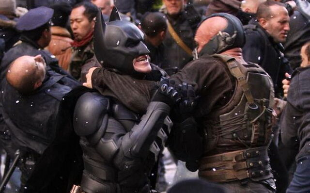 File:Bane-Batman in a headlock.jpeg
