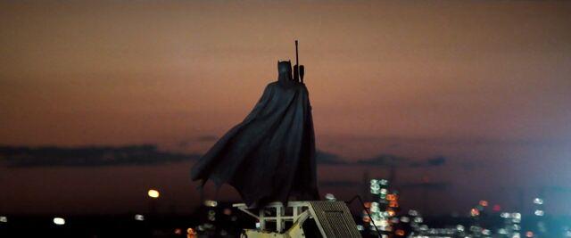 File:Batman-V-Superman-Trailer-Rifle-Rooftop-Cape.jpg