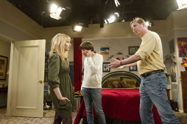 File:Behind the scenes of the big bang theory 640 02-1-.jpg