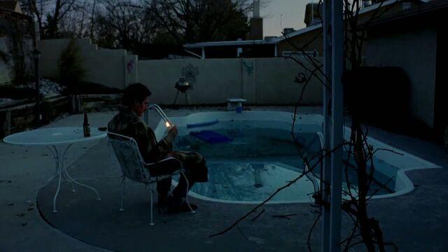 File:1x01 - Walt by the poolside.jpg