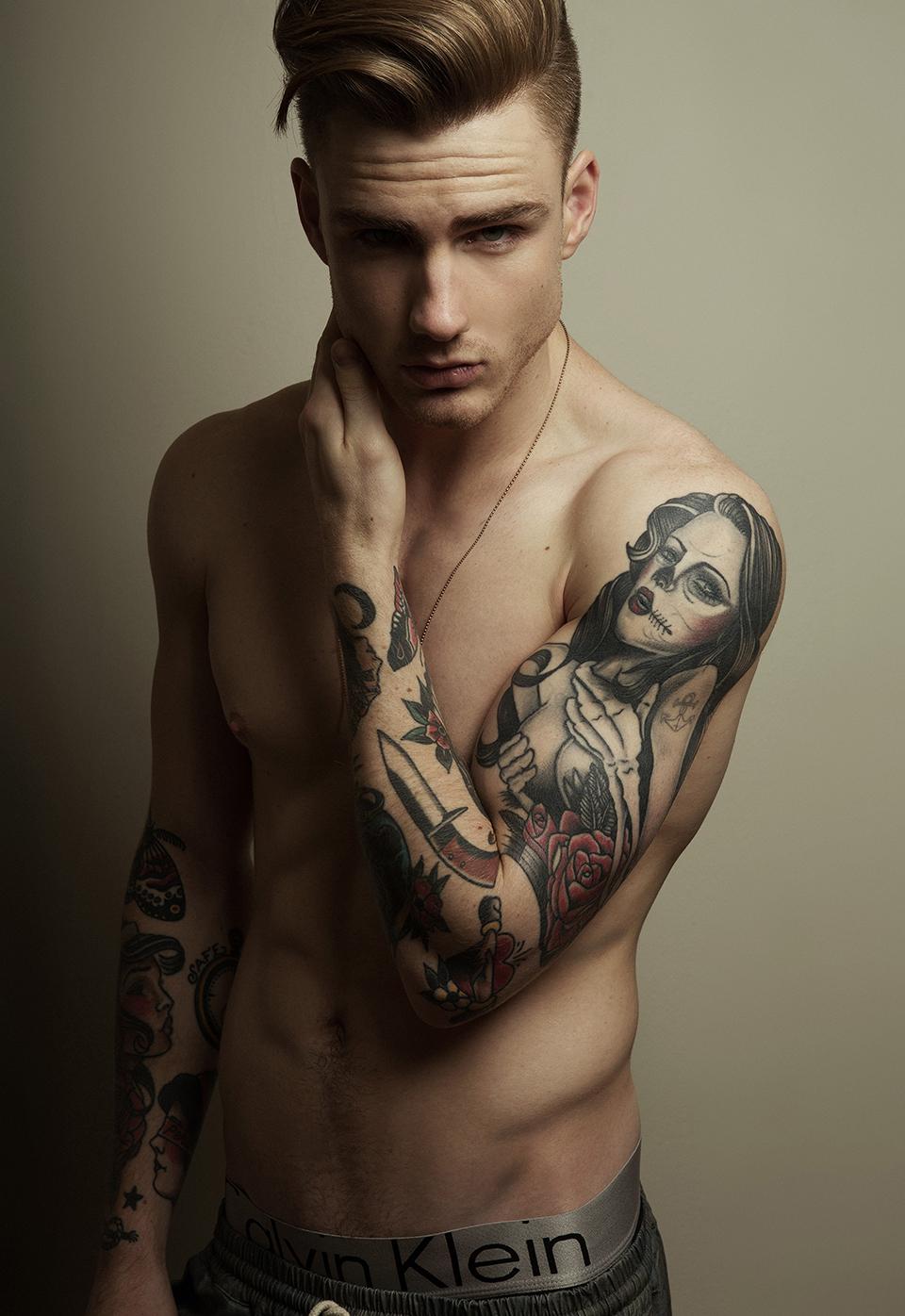 Модели мужчины с татуировками