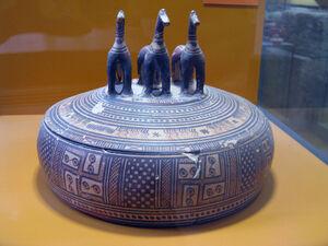 Late geometric pyxis Ancient Agora Museum.jpg