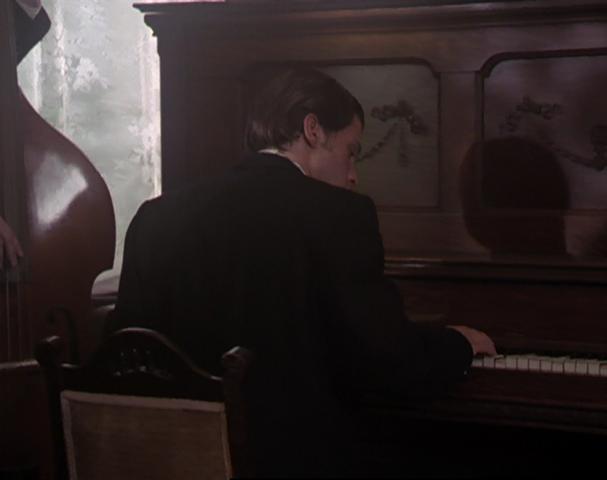 File:Gordon piano.png
