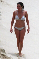Shannon-doherty-bikini-07