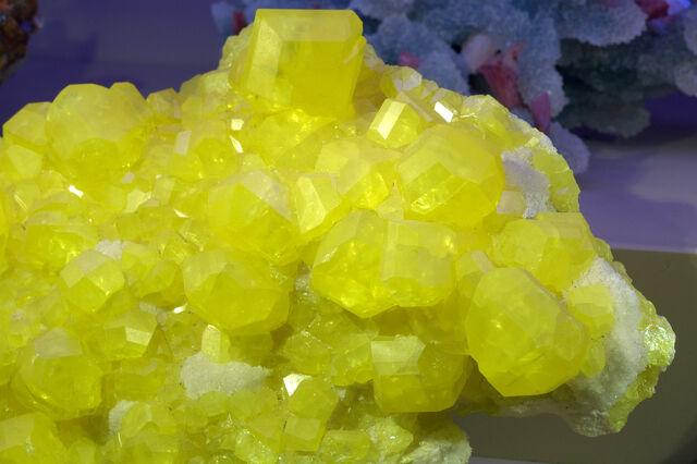 File:Large Sulfur Crystal.jpg