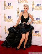 Christina Aguilera's Versace Dress At The 201 MTV Movie Awards 8