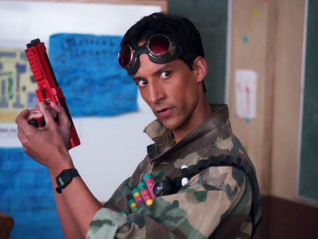 File:1X23 Abed with a paintball gun.png
