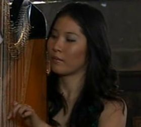 File:Harpist (Episode 6989).jpg