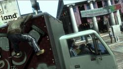 Niko hängt an dem Truck