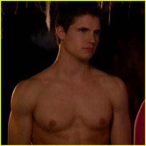 File:Robbie-amell-shirtless-for-scooby-doo.jpg