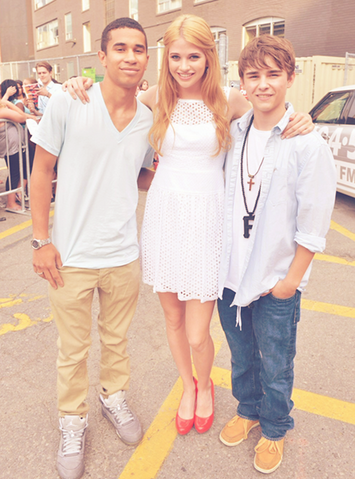 File:Degrassi cast photo spam - 10.png