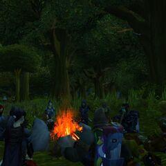 Geschichtenstunde am Lagerfeuer nach dem Wildern.
