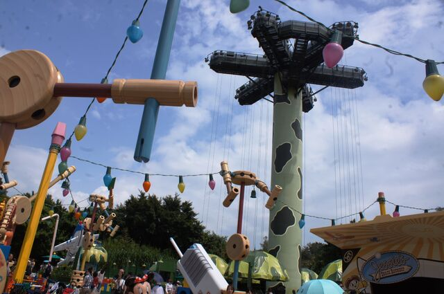 File:Toy Soldier Parachute Drop at Hong Kong Disneyland.jpg