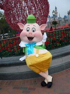 File:Fifer Pig HKDL.jpg