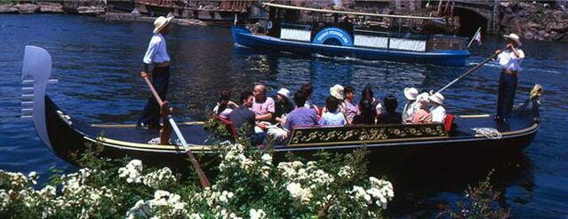 File:Venetian Gongola.jpg