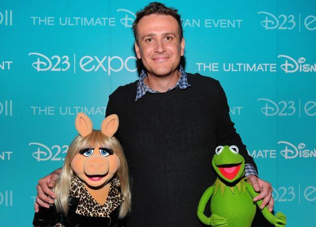 File:830px-D23 2011 Segel Piggy Kermit.jpg