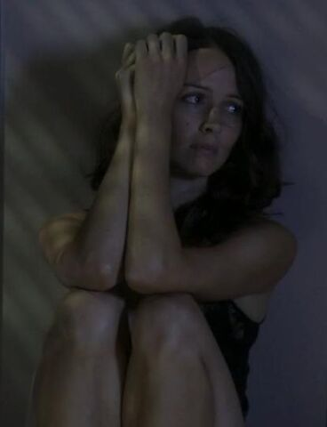 File:Claire Saunders 2x01.jpg