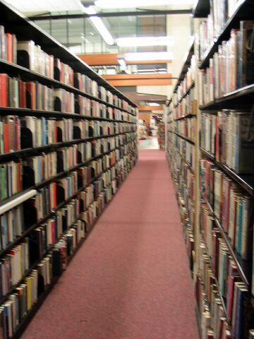ファイル:Library book shelves.jpg