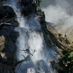 Wasserfall mit Festung im Hintergrund