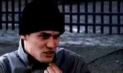 Grand Theft Auto 2 The Movie - El conductor notificando el robo de la furgoneta