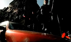 Grand Theft Auto 2 The Movie - Claude saltando sobre una capota