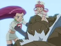 Archivo:EP542 Jessie y la enfermera Joy poniendo rocas para frenar el escape de agua.png