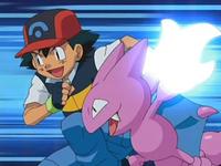 Archivo:EP554 Ash y Gligar tratando de romper los barrotes juntos.png