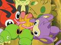 EP499 Pokémon comiendo la miel del árbol.png