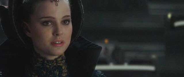 Archivo:Padme Addresses the Senate.JPG