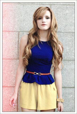 File:Bella-thorne-2012-darkbluedress-nobangs.jpg