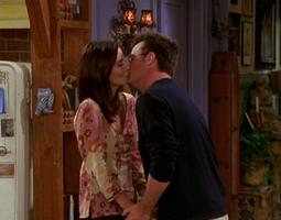 Monica & Chandler Kiss (9x03)