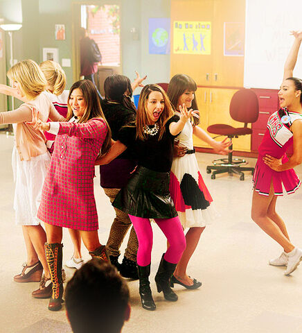 File:Glee cast i kissed a girl bored 4 music.jpg