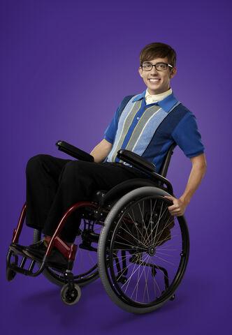 File:Glee 23-kevin-mchale-01 3014 purplebkg v2 jm.jpg