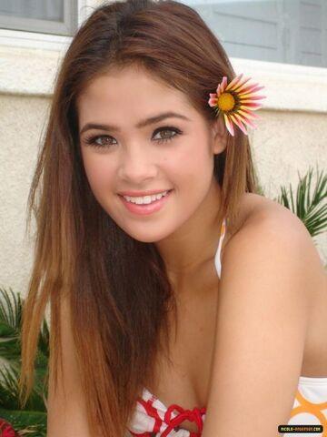 File:Nicole-Anderson-flower-in-hair.jpg