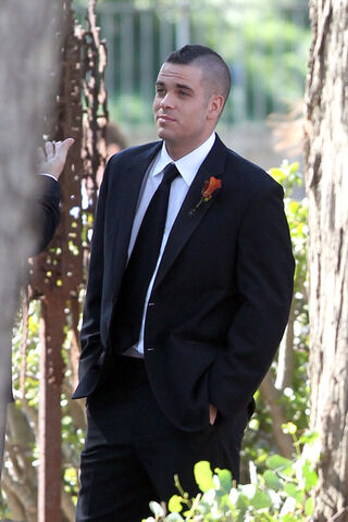 File:Dapper looking Mark Salling wearing black vr-LatWYtCal.jpg
