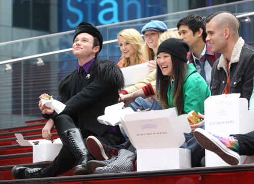 File:Kurt and the gang - glee in nyc.jpg