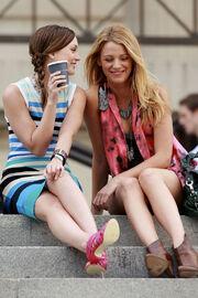 90714w2-lively-b-gr-04-leighton-meester-blake-lively-gossip-girl