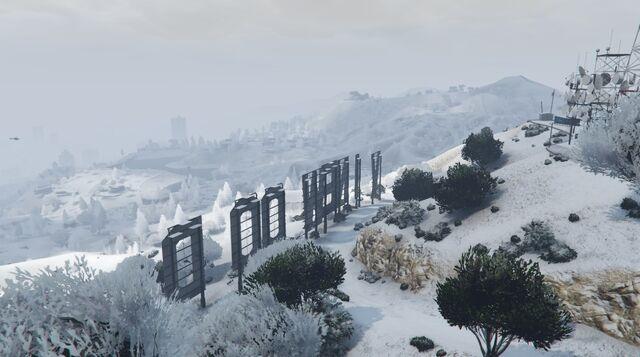 File:VinewoodSign-GTAO-Snow2.jpg