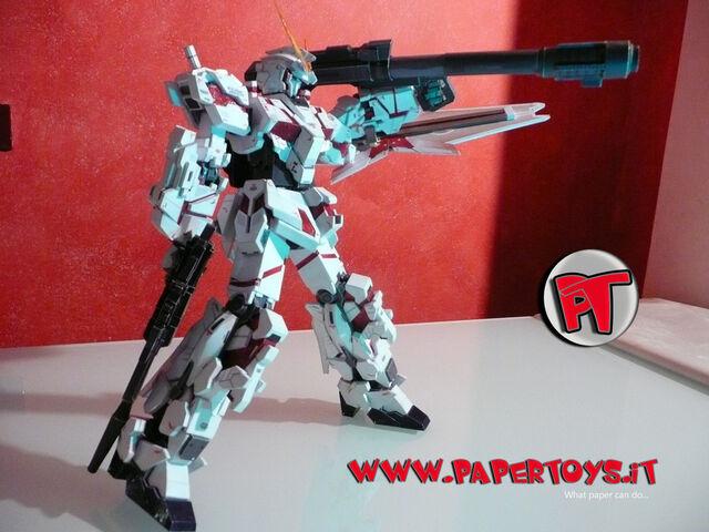File:Papertoys paper model gundam unicorn rx0 gun bazooka shield completed 07G.jpg