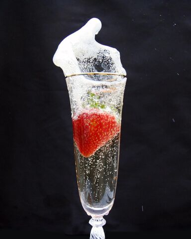 File:Strawberry+and+Champagne-3106.jpg