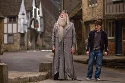 Bestand:Dumbledore and Harry in Budleigh Babberton.jpg