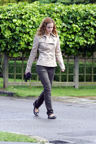 File:Hermionewalking1.jpg
