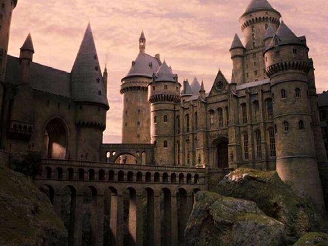 File:Hogwarts-harry-potter-30982898-1024-768.jpg