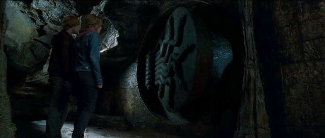 File:Ron hermione chamber of secrets.jpg