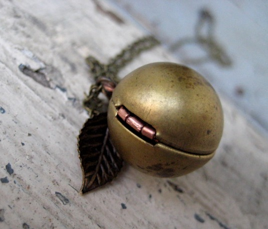 File:Golden Snitch Necklace 1 .jpeg