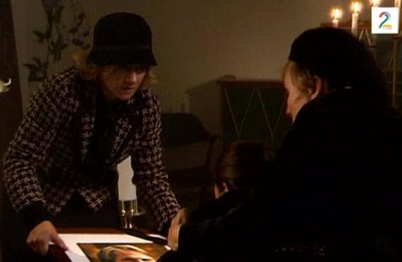Fil:May og Eva kjemper om bildet av Jens August.jpg